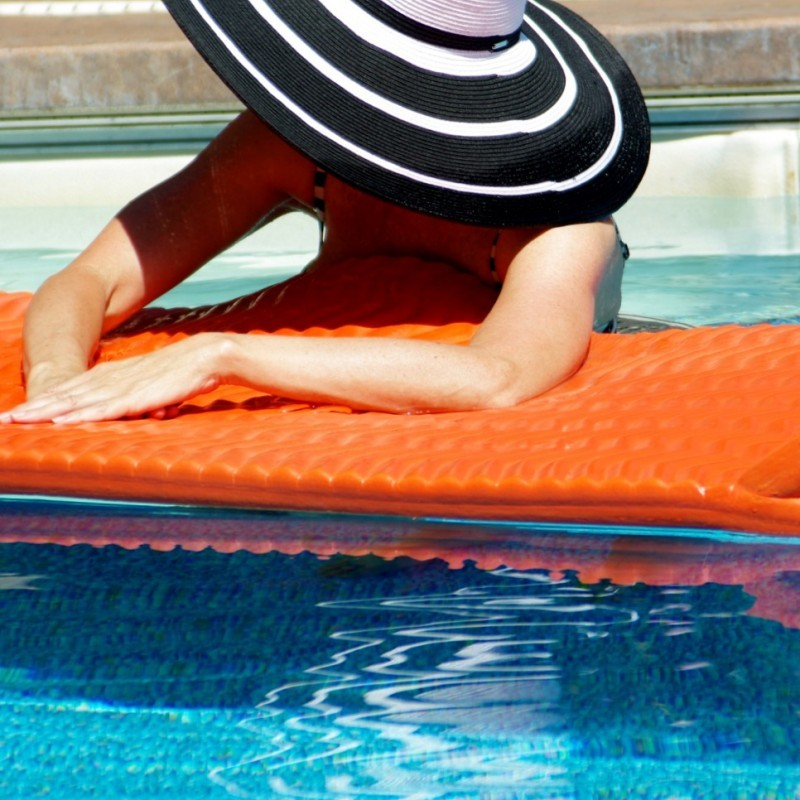 POOL COOL – SUN PROTECTION WITH A HAT